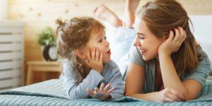 девочка разговаривает с мамой