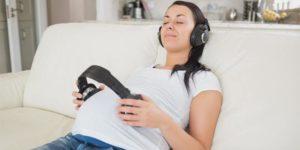 беременая девушка слушает музыку