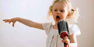 девочка поет песенку
