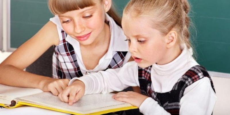 девочка читает текст на скорость