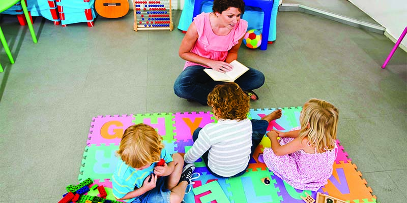 Воспитатель играет в ловесные игры с детьми