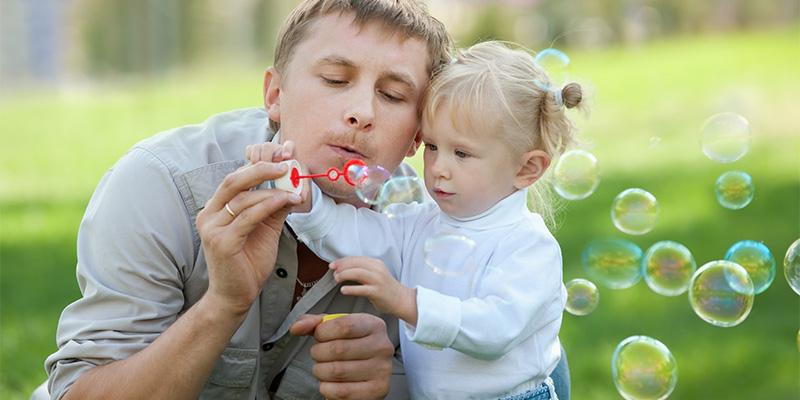 работаем над дыханем - дуем мыльные пузыри с папой