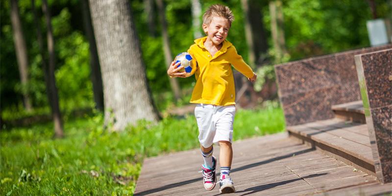 мальчик безит с мячем