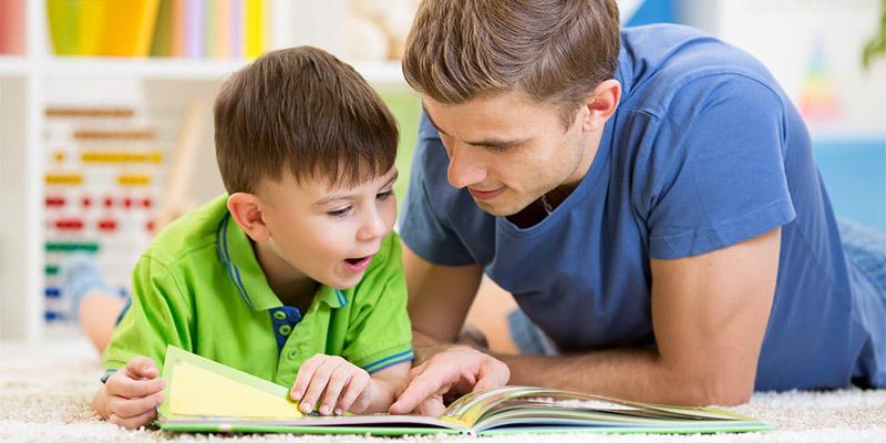 папа и малыш рассматривают книгу