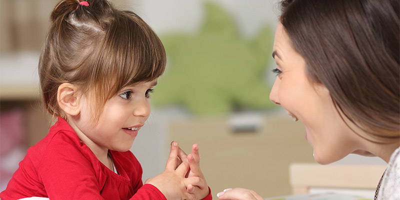 девочка смотрит на маму