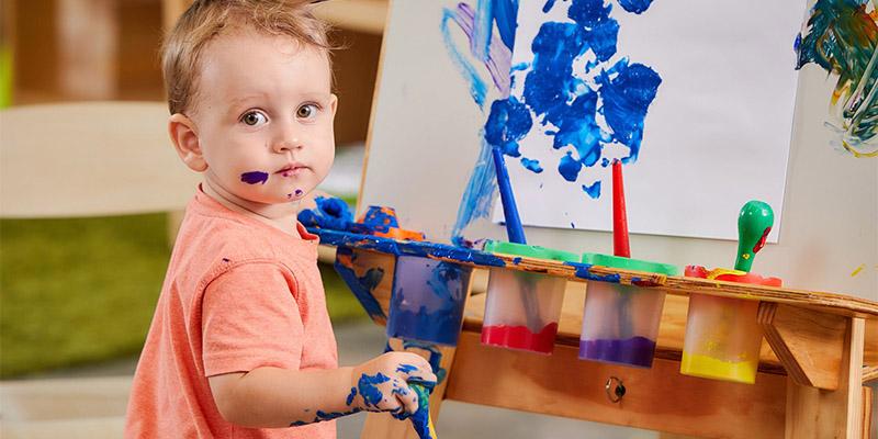 ребенок рисует руками