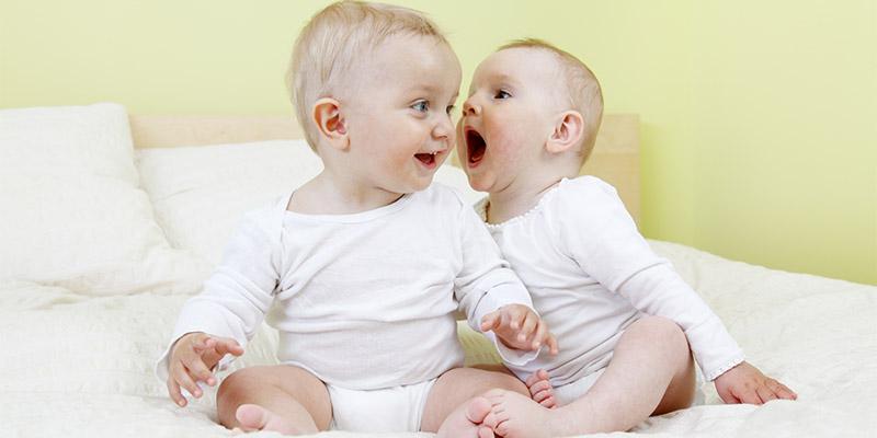 малыши разговаривают друг с другом
