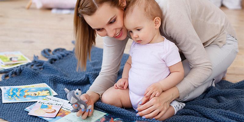 Малыш и мама играют игрушкой