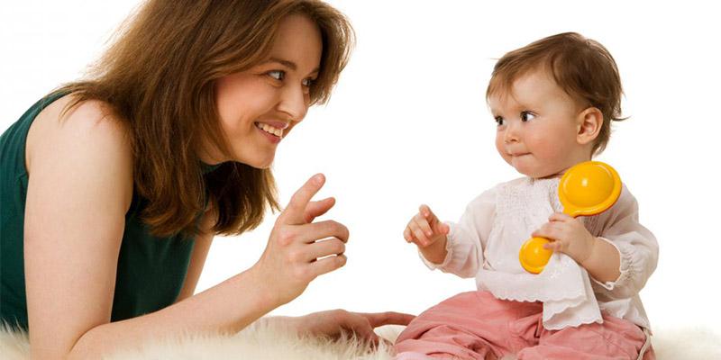 малышка и мама играют