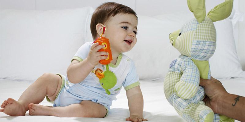 Малыш заинтересовался новой игрушкой