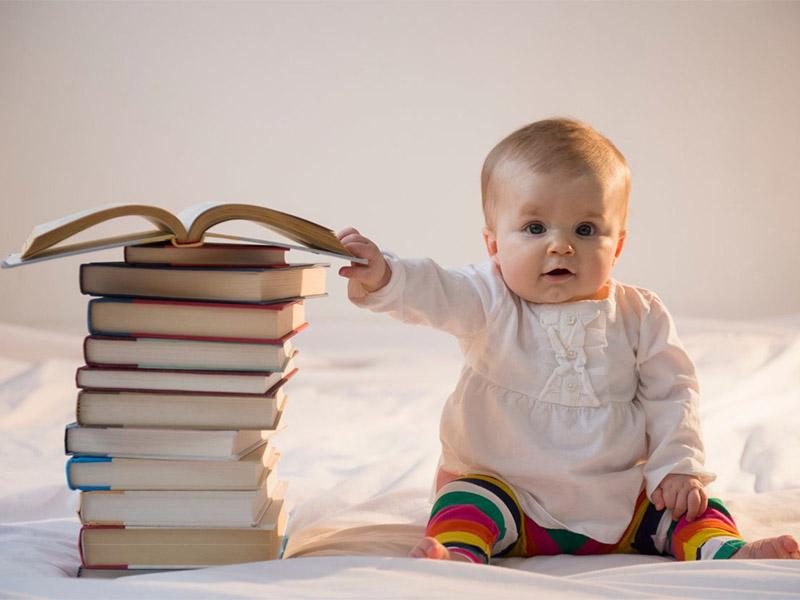 малыш держится за книгу