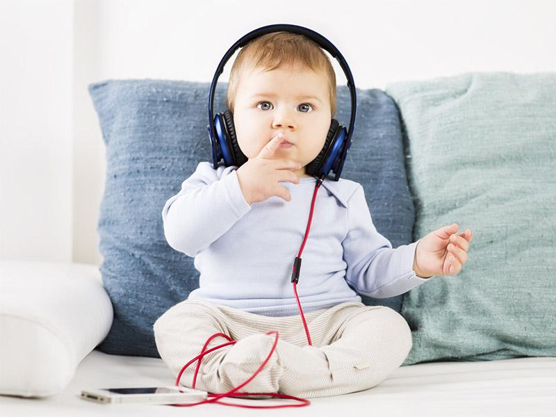 малыш слушает класическую музыку