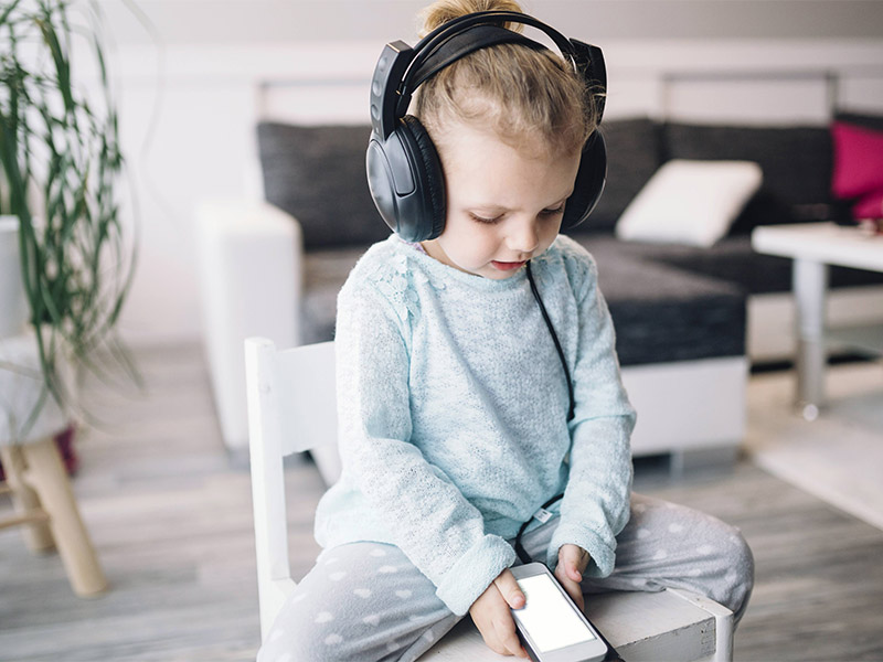 малыш слушает музыку с телефона